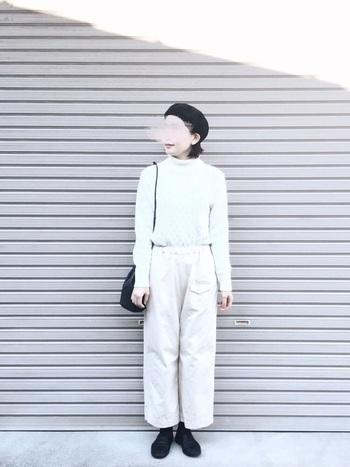 こちらは逆に白のワントーンでまとめたコーデ。バッグ、靴、帽子の小物類をブラックで引き締めるのがkikoさん流です。