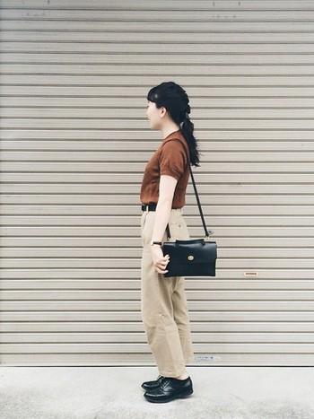 Tシャツとチノパンのシンプルなワンツーコーデも、タックインやベルト使い、ブラックで合わせた小物使いで上質なカジュアルスタイルに。