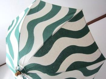 一から図案を起こし、染めの工程、縫製までを 全て手で仕上げた日傘。波をイメージしたシンプルな図案は、手でくり抜いた型のラインが際立ってモダンですね。 作り手:金森香恵