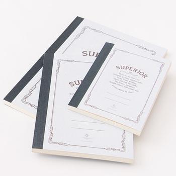 ノート本体は書きやすい高級上質紙に、字だけでなく図なども書きやすい5mm方眼。B6/A5/B5と3つのサイズがあるので、デスクで、バッグに入れて…など、使うシーンに合わせて選べます。(カバー付きはA5になります)