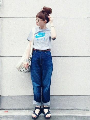 コンパクトなサイズ感のTシャツなら、すっきりと着こなすことができます。ボトムスは大きめのデニムでバランスをとりましょう。