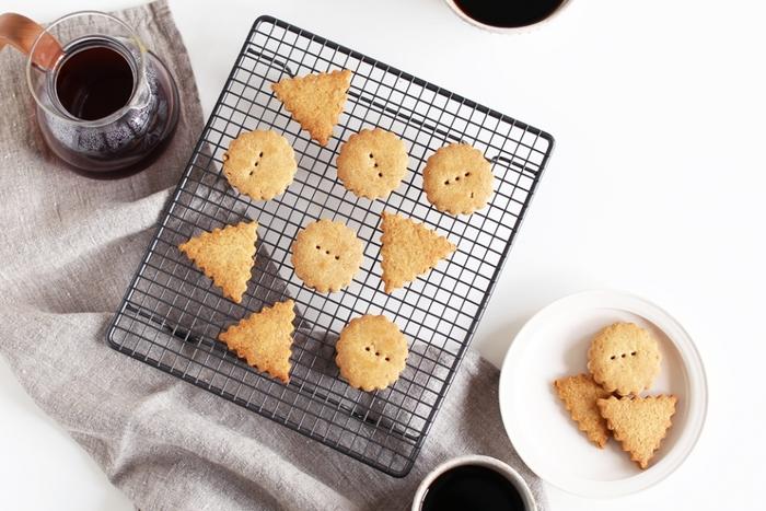 無くても何とかなるけれど、あると一層お菓子作りの雰囲気が出るのがケーキクーラー。こちらは表面が樹脂コーティングされているから、ケーキやチョコレートも簡単に落せてお手入れ簡単です。