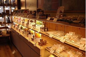 系列の「モーリー農場」で実った果物をもとに、「森と木」で作られたジャムやクッキーを販売。こちらで焙煎した珈琲豆も購入できます。