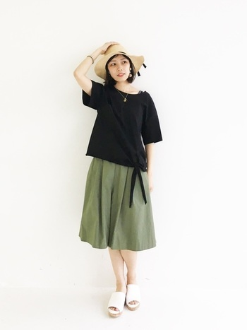 こちらは、スカートライクなシルエットがかわいいハーフパンツスタイルです。ゆったりとした黒シャツとハットで、リラクシーなリゾートスタイルに。