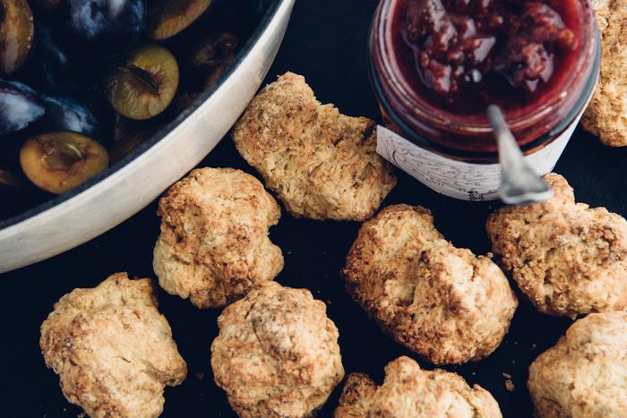 スコーンやケーキなど、色々なお菓子作りに必要なベーキングパウダー。ラムフォード社製は反応が早いので、混ぜたら手早く焼き上げて。