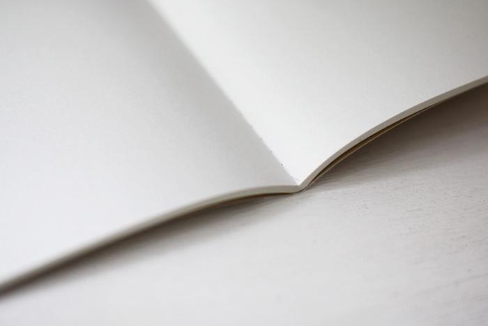 中は無地。中紙には適度なざらつきとふんわりした書き心地が魅力の「コミック紙」を使用しています。