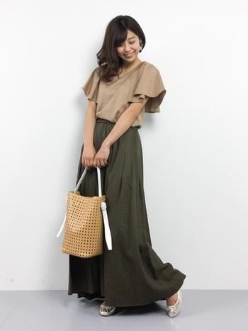 さらりとした素材のマキシスカートは大人っぽい印象に。アースカラーで合わせると、全体的に落ち着きのあるスタイルになりますよ。