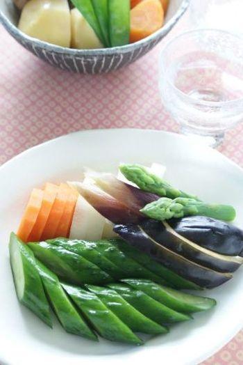 ぬか漬けといえば、きゅうりをはじめ茄子や人参、カブなど様々な野菜があげられますね。夏らしくオクラや茗荷のぬか漬けも良いですね。一風変わった食材でアボカドやゴボウも美味しいですよ。好みの野菜を漬けてぬか漬けライフを楽しみましょう。  ただ、ぬか漬けは、浅漬けと比べると塩分は高め。食べすぎには注意してくださいね。