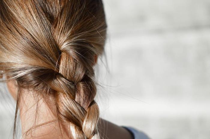 まずは『三つ編み』の基本のやり方をご紹介します。  ①髪を3束に分けて左の毛束を真ん中の毛束の上に重ねます。 ②右の毛束を真ん中の毛束の上に重ね、これのくり返しで三つ編みは完成です♪