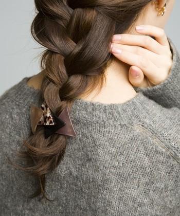 """三つ編みが完成したら、仕上げに編み目の毛を少量ずつ引っ張り出し、ゆるめる感じで崩してあげましょう。 そうすることで""""こなれ感""""が出て大人っぽい雰囲気に仕上がりますよ。"""