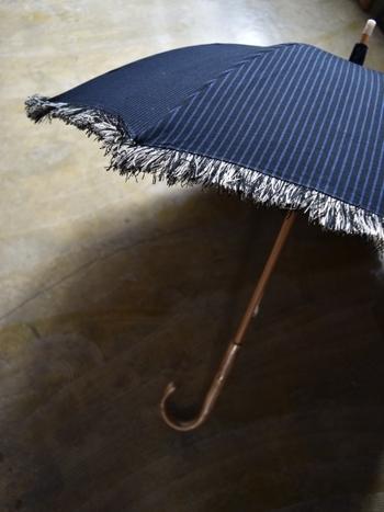 オリジナルファブリックの贅沢に使用した「Tabrik(タブリク)」の日傘。フリンジ使いが素敵です。