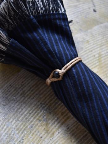 留め具は、アンティークのボタン&ロープ。ディテールにもこだわりを感じます。