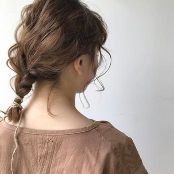 後ろの髪を三つ編みにして崩しただけのシンプルな三つ編みの一つ結びアレンジ♪ 顔周りの髪にカールをつけたり後れ毛を出すことで、ゆるっとこなれた雰囲気に仕上がります。