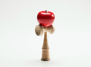 けん玉にりんごが刺さっているようなユーモア溢れる「りんごのけん玉」。古きよき遊び道具はお子さんはもちろん、大人も一緒になって遊べるのが◎このままオブジェとしてお部屋に飾っても素敵です。