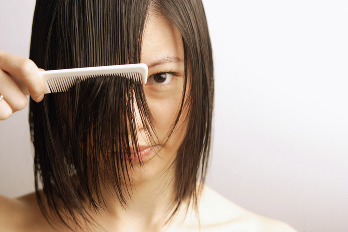 1:必ず乾いた状態で切るようにしましょう。 濡れた状態で切ると、乾いたときに予想以上に前髪が短くなってしまうことがあります。