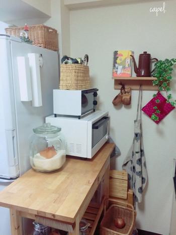 裏面がマグネットになっているので、冷蔵庫にくっつけて使っています。すぐに手に取れ、見た目もシンプルなので邪魔になりません。市販のラップもサイズが合えば入れ替えることができます。切れ味もよく、とっても使いやすいですよ。