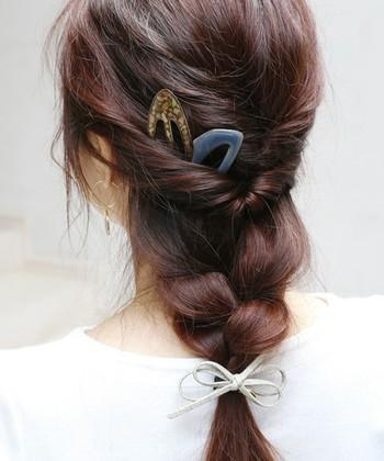 トップの髪を2度くるりんぱして、残りの髪を三つ編みにした一つ結びアレンジ。 トップにボリュームも出て大人可愛い印象に。