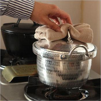 ■変形 その軽さゆえ、衝撃が加わると変形しやすい素材です。もちろん大切に使うのが一番ですが、「アルミ鍋の凹みは付き物」と、ちょっとした凹みを愛らしく思うくらいの気持ちで使う事をおすすめします。  ■焦げ 金属製のタワシなどでゴシゴシするのは、ゆがみや痛みの原因になるのでNG。お湯に少しだけお酢を入れて沸騰させてから一晩おくと、焦げが落ちやすくなりますよ♪