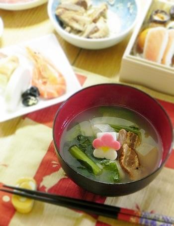 岐阜のお雑煮も、愛知と同じくとてもシンプル。かつおだしのすましで、角餅ともち菜(小松菜)が入るのみ。かつお節をたっぷりかけて食べるようです。ちょっと寂しいという方は、お好みで具を追加してください。