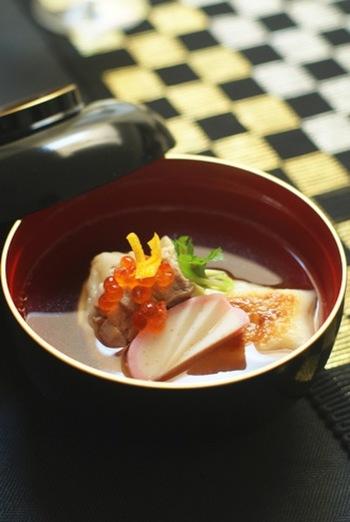 関東を代表するすまし汁のお雑煮。かつお・昆布だしの醤油仕立てで、鶏肉や小松菜、大根、小松菜などが入ります。お餅は、焼いた角餅。上品にお正月らしく盛り付けましょう。