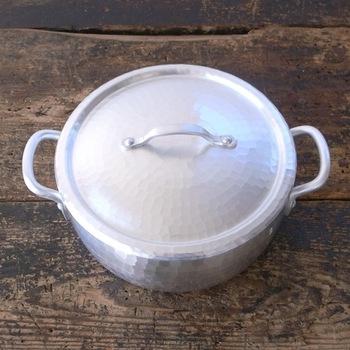 ≪両手鍋 18センチ≫ とにかく、この姿の美しさで大人気のお鍋。もちろん、使い勝手や料理の仕上がりの良さも定評があります。