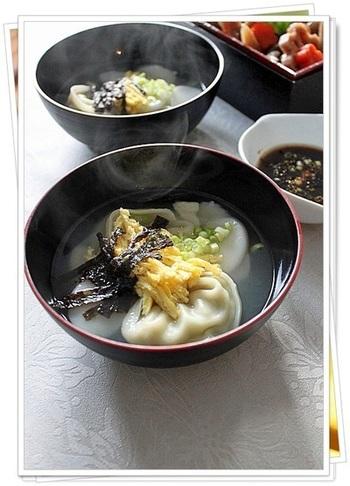 韓国風のお雑煮。こちらは辛いものが苦手な方、お子様でも安心して食べられるレシピです。トックのコインのように丸い形に、財産を豊かにとの願いが込められているとか。