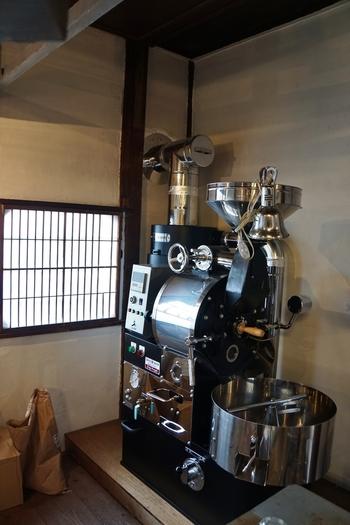 """こちらの大きな焙煎機を使い、毎朝、焙煎を行った後、午後1時からお店を開けます。営業時間は""""日没まで""""(お店のFacebookより)。"""