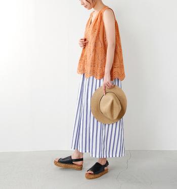 確かな技とモダンなデザインが融合したエスパドリーユは、夏のリラックススタイルにぴったりです。