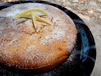 使用する粉の半分は片栗粉。ほろっとした食感が新鮮かも。レモンの香りがたっぷりで、食べるとリフレッシュされる感じになるスイーツです。