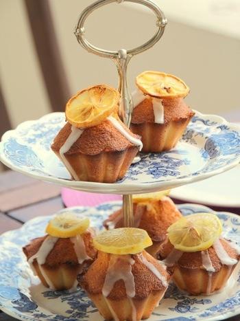 シンプルだけれど、レモンの風味がしっかりと味わえる美味しいケーキです。仕上げにアイシングやレモンをデコレーションして華やかに。