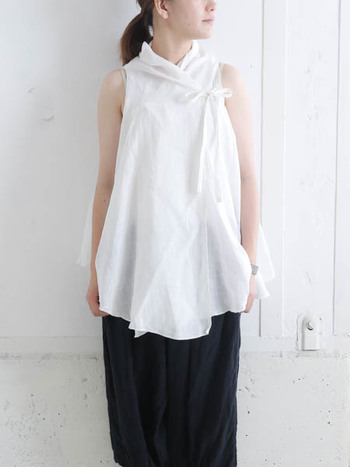 体に密着せず、ゆとりがあって風を通す「シャツ」は、夏ファッションにも活躍してくれるアイテムです。デザイナーの技の見せ所とも言えるシャツは、大人だからこそ着こなせるデザインのものがたくさんあります。