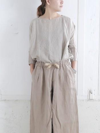 ふんわりとしたゆとりのあるリネンは空気を通してくれるので、夏でも長袖で心地よく過ごせます。大人っぽいゆとりを感じさせますね。