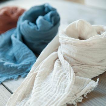 テラコッタ、ブルー、ベージュの3色に染めた、美しい草木染めのショートストール。
