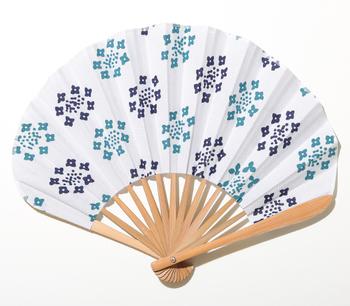 涼をもたらす扇子は、大人の女性におすすめのエレガントな夏小物。こちらは、丸みのあるデザインがかわいらしい「nugoo」のオリジナル扇子です。