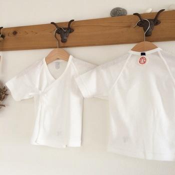 赤ちゃんの肌着の背中に手刺繍で背守りを入れたりします。こちらは、亀・だるま・ひょうたん・あかめさん・富士山の中から2種類の柄が選べます。出産祝いなどにもおすすめです。
