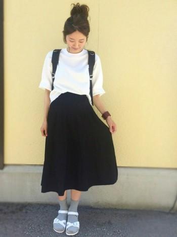爽やかなホワイトカラーの「リオ」は靴下を合わせてもかわいい。グレーなどの淡い色味をチョイスして。