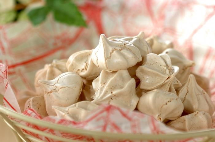 お菓子作りで、卵白だけが余ってしまうことってありませんか?そんなときには、こんなメレンゲのお菓子にしてみるのもいいですね。ほうじ茶パウダーを混ぜ込むだけで、お茶のいい香りが加わります。