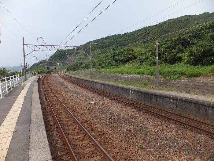 東シナ海に面する薩摩高城駅(さつまたきえき)は、鹿児島県川内駅と熊本県八代駅を結ぶ肥薩おれんじ鉄道線沿線の無人駅です。