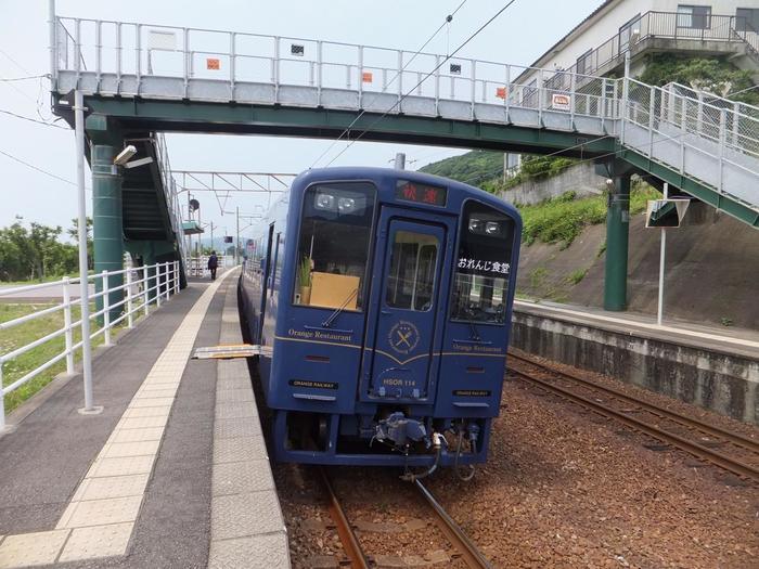 車窓から明媚なる風光を見渡すことができる人気観光列車、「おれんじ食堂」も薩摩高城駅へ乗り入れています。