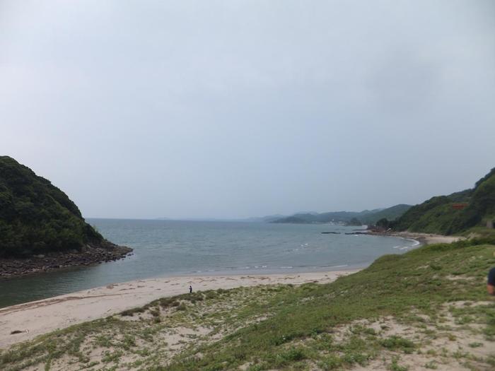 人里離れた海辺の小さな無人駅、薩摩高城駅の駅前はかつて海水浴場でした。以前のビーチは、草に覆われており往時の面影は残してはいません。しかし、美しい入江とわずかに残る白砂、彼方に見えるが織りなす素晴らしい景色は訪れる人を魅了してやみません。