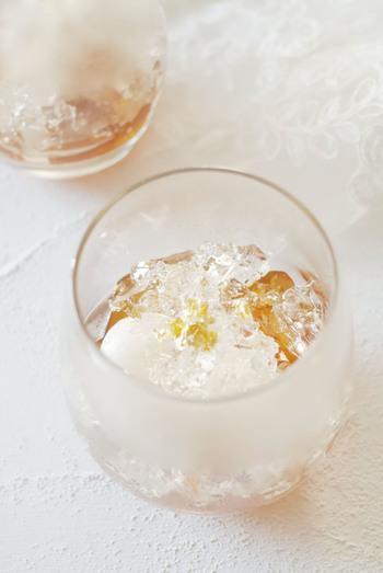 白玉にあずきとほうじ茶ゼリー、飾りのキラキラゼリーを合わせた、見た目にも涼しげなスイーツです。金箔を添えた華やかなデコレーションは、パーティやおもてなしにもぴったりですね。