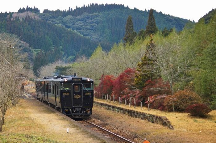 鹿児島県最古の駅舎を持つ嘉例川駅(かれいがわえき)は、鹿児島県隼人駅と熊本県八代駅を結ぶ肥薩線沿線の無人駅です。