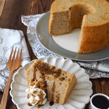 絹ごし豆腐を使ったヘルシーなシフォンケーキのレシピです。ホットケーキミックスを使ってお手軽に。ほうじ茶パウダーを入れることで香りのよいシフォンになります。