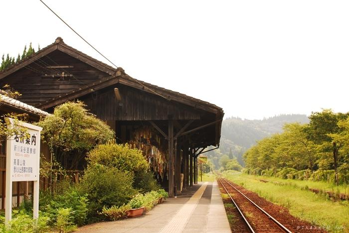 1903年に開業されてから100年以上もの時間を経た現在もかつての開業時の面影を色濃く残す嘉例川駅は、懐かしくも凛とした雰囲気を醸し出しています。周囲の豊かな緑、古い木造駅舎、郷愁漂う線路が調和した嘉例川駅は、どこから眺めても絵になります。
