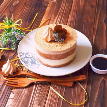 スポンジを濃いめのほうじ茶に浸し、黒糖入りのマスカルポーネクリームを重ねたティラミスです。トッピングには、ほうじ茶寒天ゼリーときな粉を。黒蜜をかけていただく、和にこだわったおしゃれなケーキです。