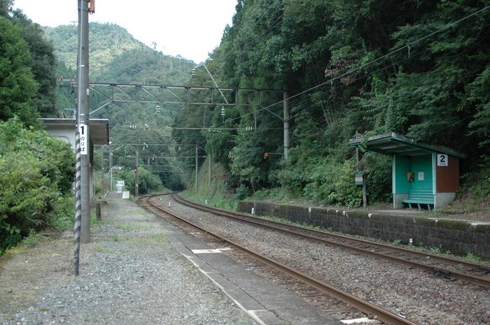 福岡県小倉駅と鹿児島県鹿児島駅を結ぶ日豊本線沿線の宗太郎駅は、深い山奥にひっそりと佇む無人駅です。人里離れた場所にぽつんと佇む宗太郎駅は、1日平均乗車人数1人以下という、秘境駅中の秘境駅です。