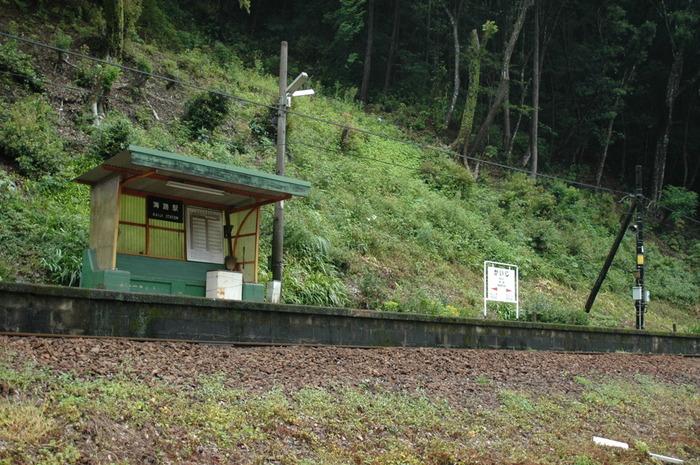 遠望すると山間部の急斜面にへばりついているかのように見える海路駅(かいじえき)は、鹿児島県隼人駅と熊本県八代駅を結ぶ肥薩線沿線の無人駅です。