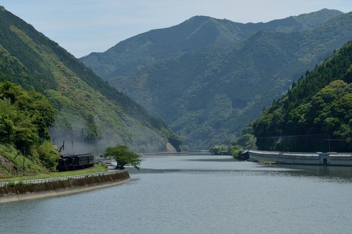 海路駅のすぐ近くには、日本三大急流(最上川、富士川、球磨川)の一つに数えられる球磨川が悠然と流れており、素晴らしい眺望が広がっています。