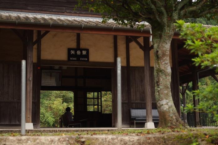 古いながらも旅情を誘う魅力的な駅舎は、矢岳駅が開業された1909年の面影を色濃く残しています。