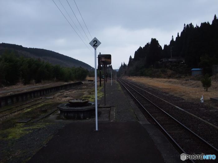標高536.9メートルの高地に位置する矢岳駅は、深い山奥に佇む無人駅で、深山幽谷とした雰囲気が漂っています。